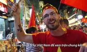 Khách Tây nhảy múa mừng chiến thắng U23 Việt Nam
