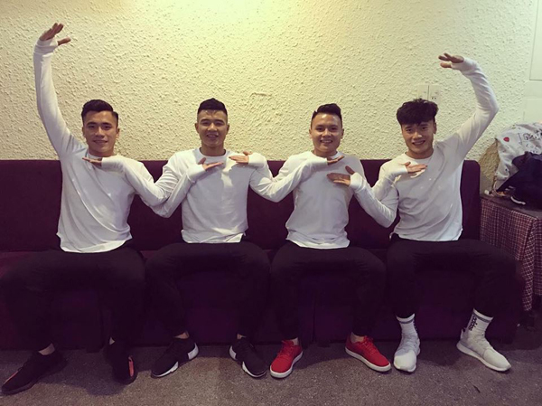 Đức Chinh (thứ hai trái qua) pose hình siêu nhắng với đồng đội.