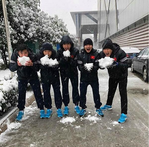 Thời tiết dưới 0 độ, U23 Việt Nam nghịch tuyết ở Thường Châu