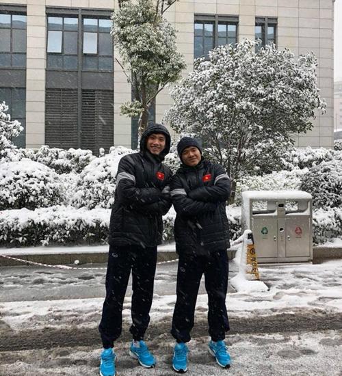 Thời tiết dưới 0 độ, U23 Việt Nam nghịch tuyết ở Thường Châu - 3