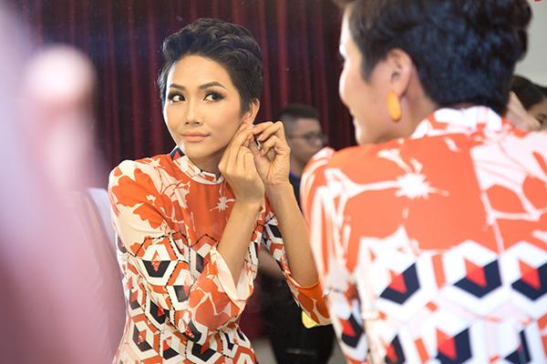 Sau đăng quang, Hoàng Thùy - HHen Niê quay lại làm người mẫu