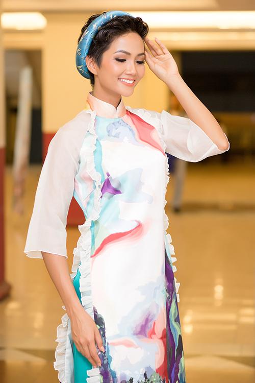 Sau đăng quang, Hoàng Thùy - HHen Niê quay lại làm người mẫu - 2