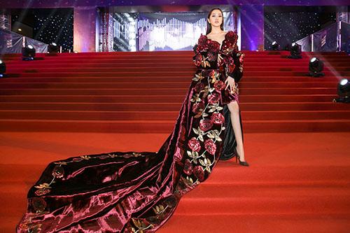 Bảo Anh diện đầm 2m quét sàn hát hit 53 triệu view - 1