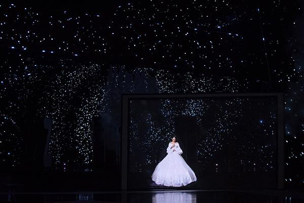 Bảo Anh diện đầm 2m quét sàn hát hit 53 triệu view - 4
