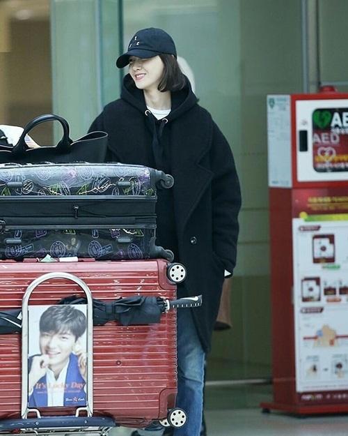 Lee Sung Kyung lộ chân siêu gầy, Black Pink khoe loạt áo khoác bông - 2