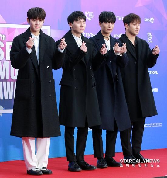 Thảm đỏSeoul Music Awards: Idol ôm nhau vì mặc ít giữa trời lạnh - 7
