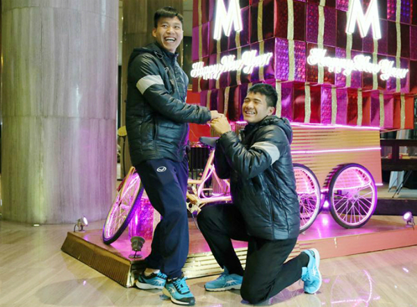 Đức Chinh cầu hôn Văn Thanh. Ảnh: FB.