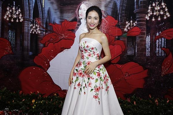Hòa Minzy gợi cảm với đầm hoa dâm bụt sau khi giảm 10 kg - 2