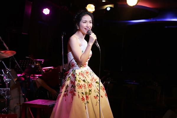 Hòa Minzy gợi cảm với đầm hoa dâm bụt sau khi giảm 10 kg - 6
