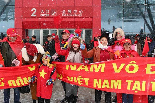CĐV Việt Nam nhuộm đỏ khán đài cổ vũ cho U23 trong trận chung kết