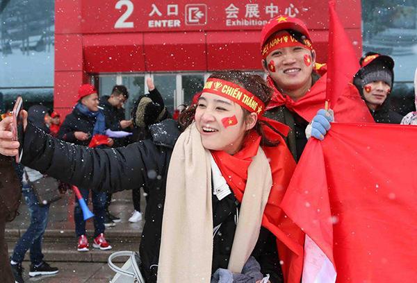 CĐV Việt Nam nhuộm đỏ khán đài cổ vũ cho U23 trong trận chung kết - 3