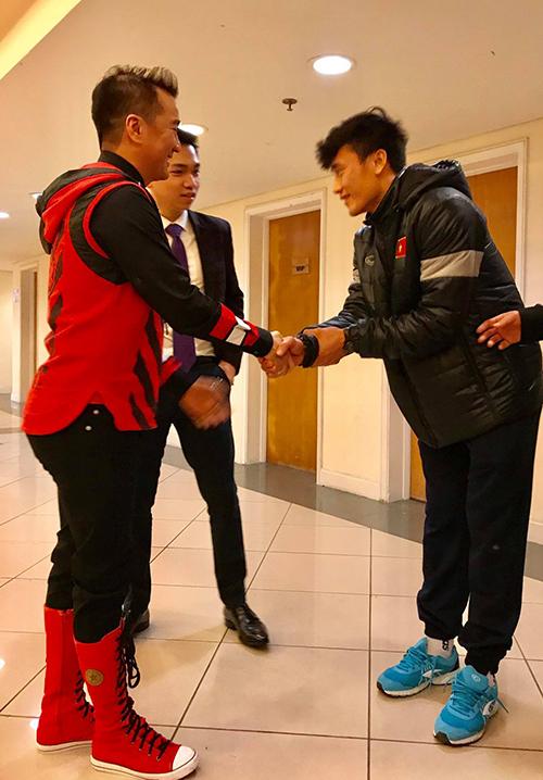 Đàm Vĩnh Hưng bắt tay, chụp ảnh với các cầu thủ U23 tại Mỹ Đình - 1