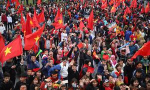 Người Hà Nội tràn ra đường đón U23 Việt Nam