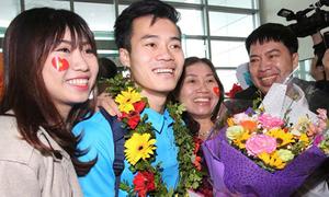 Khoảnh khắc đẹp của U23 bên người thân khi về Việt Nam