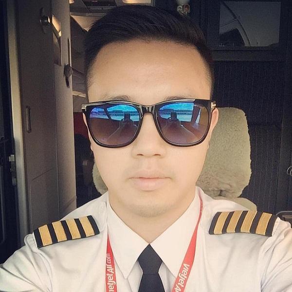 Cơ trưởng chuyến bay đưa U23 Việt Nam về nước gây sốt vì đẹp trai - 1