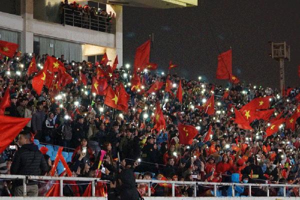 U23 Việt Nam chưa đến, người hâm mộ vẫn quẩy tưng bừng tại Mỹ Đình