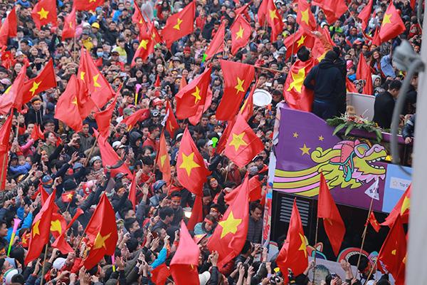 Cảnh tượng không thể tin nổi: Rừng cờ hoa vây quanh U23 Việt Nam như trong phim - 5