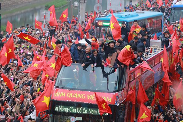 Cảnh tượng không thể tin nổi: Rừng cờ hoa vây quanh U23 Việt Nam như trong phim - 9