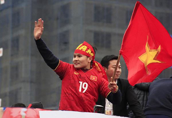 Cảnh tượng không thể tin nổi: Rừng cờ hoa vây quanh U23 Việt Nam như trong phim - 10