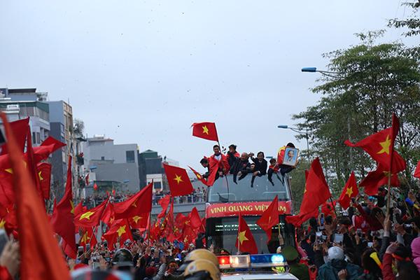 Cảnh tượng không thể tin nổi: Rừng cờ hoa vây quanh U23 Việt Nam như trong phim - 2