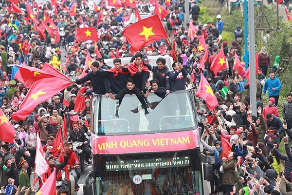 Cảnh tượng không thể tin nổi: Rừng cờ hoa vây quanh U23 Việt Nam như trong phim - 7