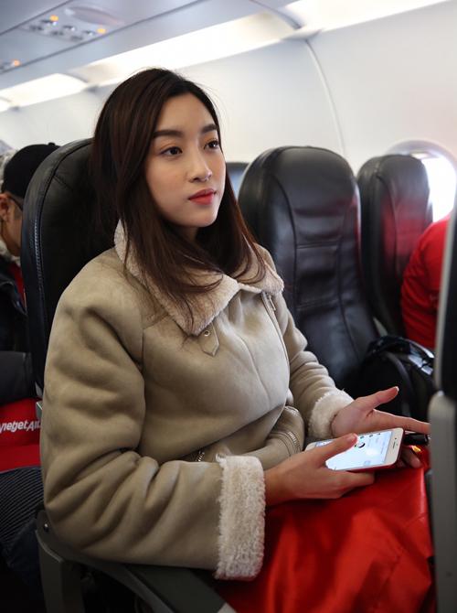 Hoa hậu Mỹ Linh ngồi cùng chuyến bay với tuyển U23 về Việt Nam