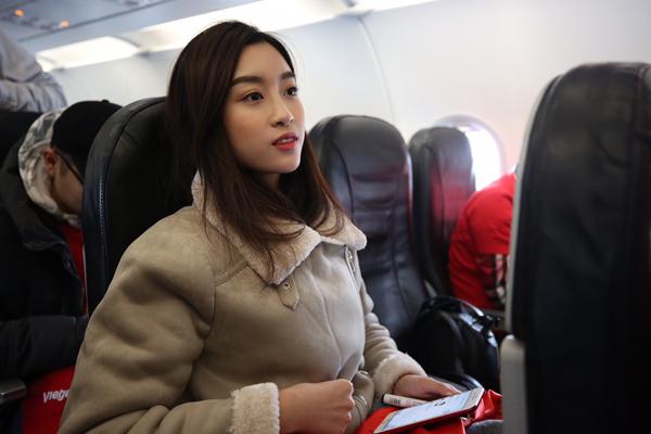 Hoa hậu Mỹ Linh ngồi cùng chuyến bay với tuyển U23 về Việt Nam - 1