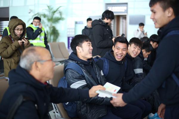 Hoa hậu Mỹ Linh ngồi cùng chuyến bay với tuyển U23 về Việt Nam - 5