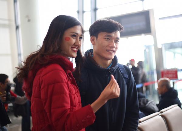 Hoa hậu Mỹ Linh ngồi cùng chuyến bay với tuyển U23 về Việt Nam - 2