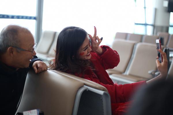 Hoa hậu Mỹ Linh ngồi cùng chuyến bay với tuyển U23 về Việt Nam - 3