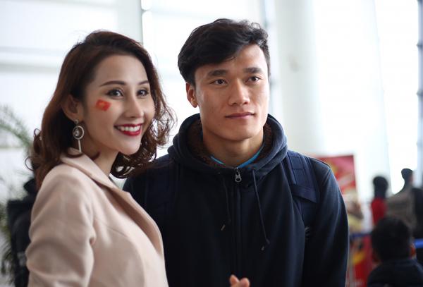 Hoa hậu Mỹ Linh ngồi cùng chuyến bay với tuyển U23 về Việt Nam - 4