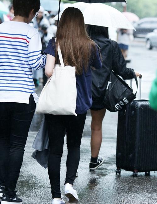 Irene chỉ dùng một chiếc túi tối giản dù quảng cáo cho thương hiệu nổi tiếng - 7
