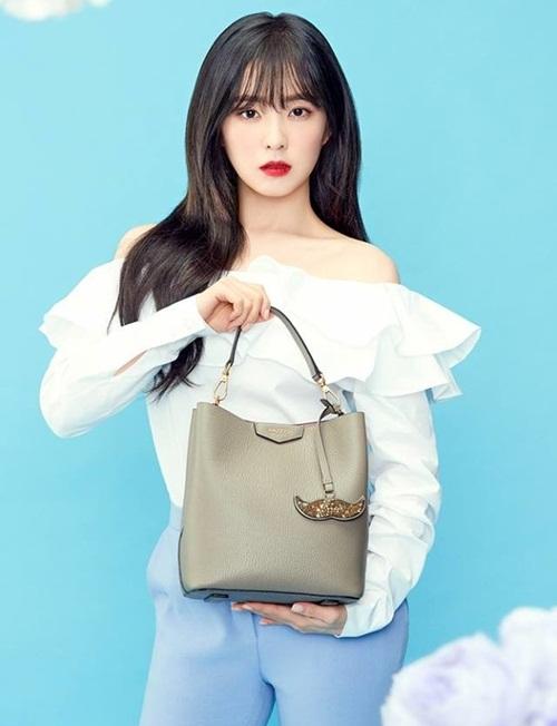 Irene chỉ dùng một chiếc túi tối giản dù quảng cáo cho thương hiệu nổi tiếng - 1