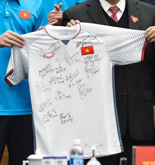 U23 Việt Nam vẻ ngoài đã soái, chứ ký cũng bay bổng không kém - 2