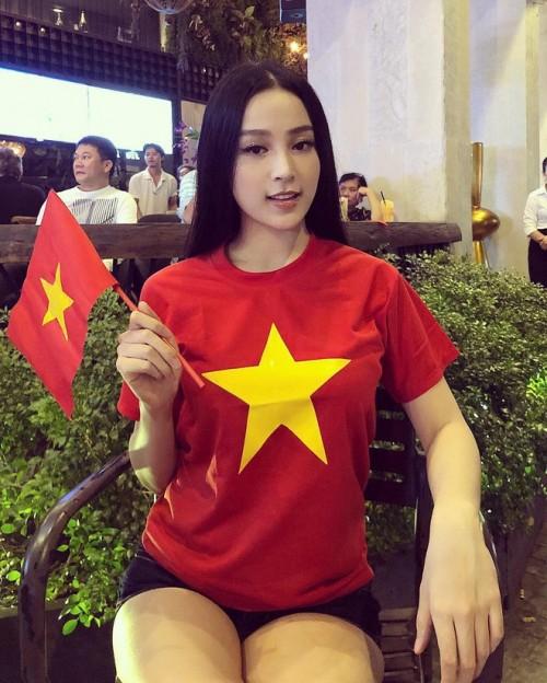 Mỹ nhân Việt diện áo cờ đỏ, sao vàng vẫn mix sành điệu như thường - 2
