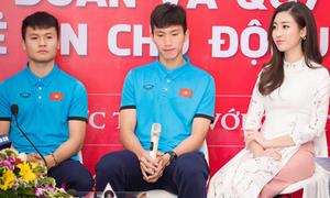 Mỹ Linh tươi tắn giao lưu cùng U23 Việt Nam