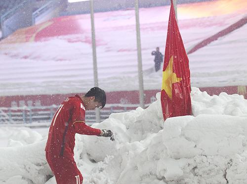Hành động cắm cờ sau trận đấu của Duy Mạnh gây xúc động cho nhiều người.