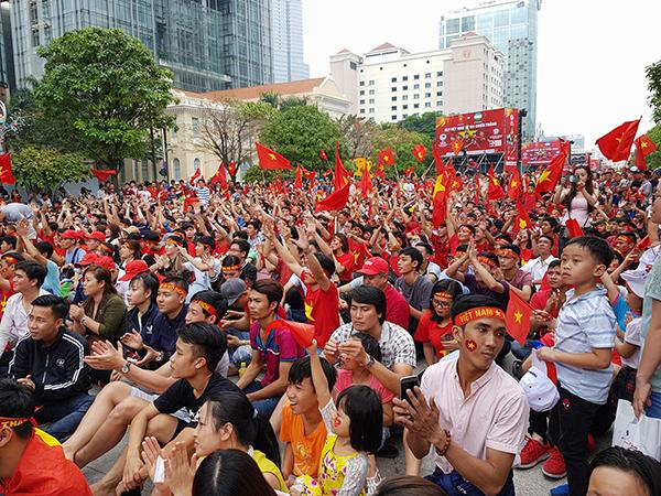 Fan xem trận chung kết của U23 Việt Nam trên phố đi bộ Nguyễn Huệ ngày 27/1.
