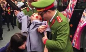 Cô gái ngất xỉu khi đợi các chàng trai U23 Việt Nam