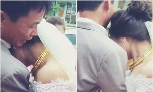 Cô dâu Việt chạy ra tận xe khóc nức nở, ôm chặt không cho bố về