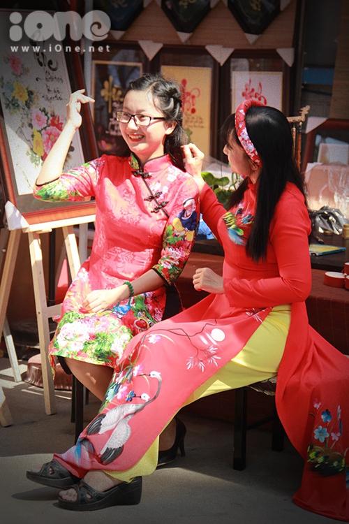 Thiếu nữ Việt rực rỡ pose hình sớm ở phố xuân - 1