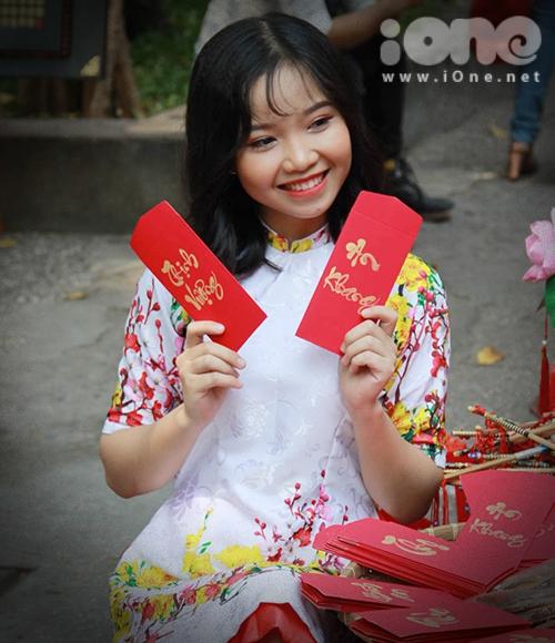 Thiếu nữ Việt rực rỡ pose hình sớm ở phố xuân - 4