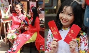 Thiếu nữ Việt rực rỡ pose hình sớm ở phố xuân