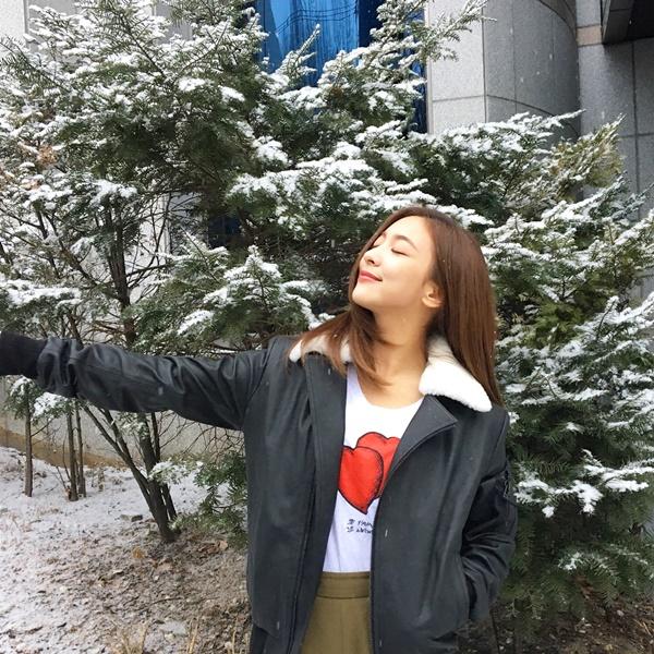 Luna f(x) không ngại ra giữa trời tuyết tạo dáng dù mặc có phần phong phanh.