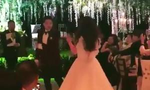 Chú rể Tae Yang phấn khích khiêu vũ cùng cô dâu