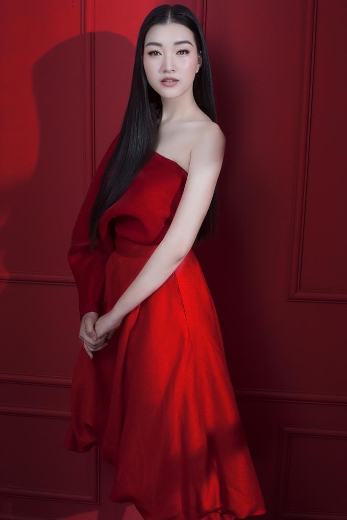 <p> Cô trở nên đầy sắc sảo khi khoác lên mình những bộ váy đỏ rực nằm trong BST The Muse 2.</p>