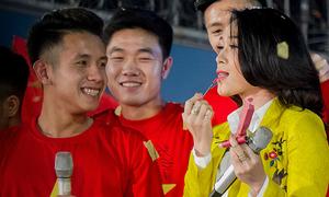 Mỹ Tâm phấn khích vì được cầu thủ Hồng Duy tặng hai cây son