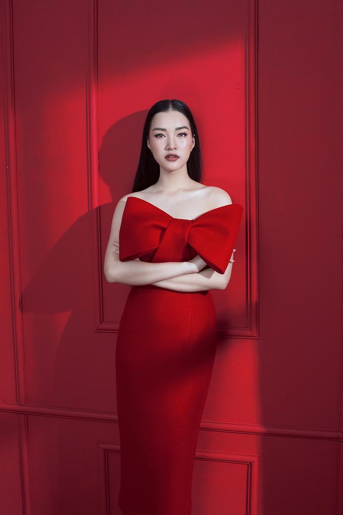 'Nàng thơ xứ Huế' sắc sảo khác lạ với váy đỏ, mắt mèo