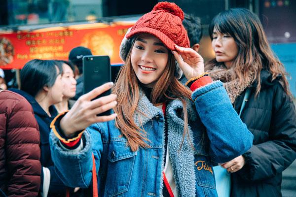 Nữ ca sĩ thường chọn trang phục style trẻ trung, năng động mỗi khi dạo phố hay đi du lịch.