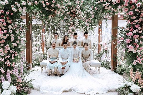 Đôi vợ chồng trẻ chụp ảnh chung với những người thân của hai bên.